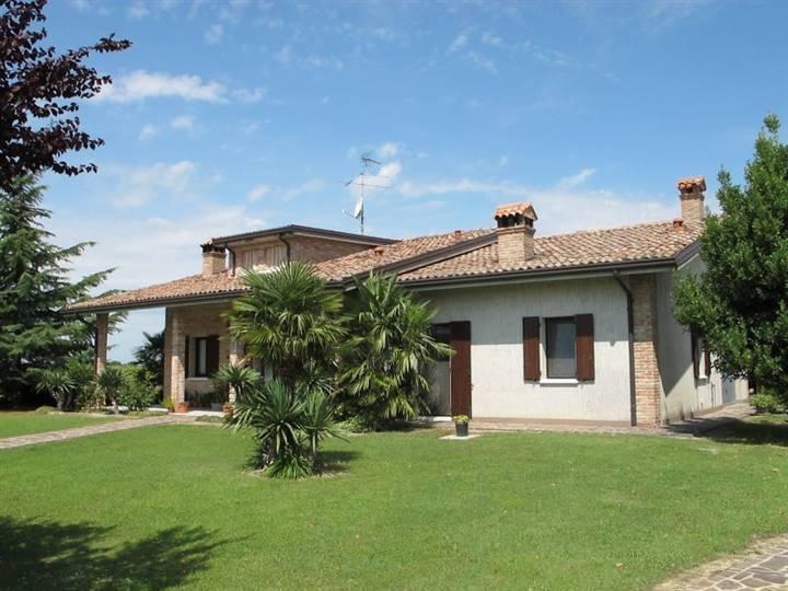 Villa in vendita a Masi Torello, 6 locali, prezzo € 230.000 | CambioCasa.it