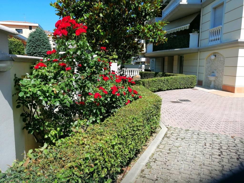 montesilvano centro quadrilocale con garage e p. auto