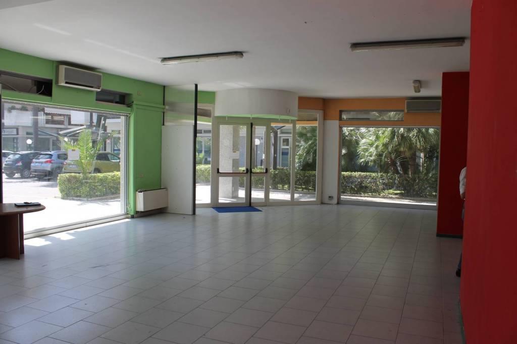 Negozio / Locale in vendita a Massa, 3 locali, prezzo € 500.000 | PortaleAgenzieImmobiliari.it