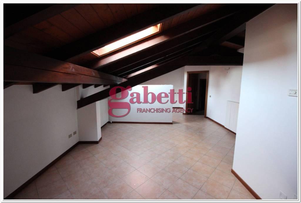 Appartamento in buone condizioni in affitto Rif. 8109354