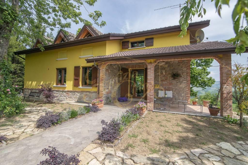 Villa in Vendita a Agazzano Centro: 5 locali, 365 mq