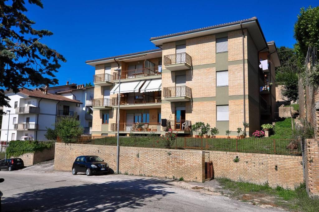 Appartamento in ottime condizioni arredato in vendita Rif. 8079294