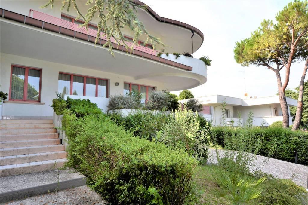 Villa in Vendita a Riccione Centro: 5 locali, 600 mq