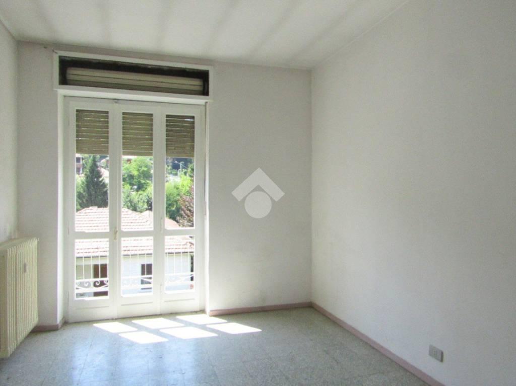 Luminoso appartamento al primo piano con due balconi.