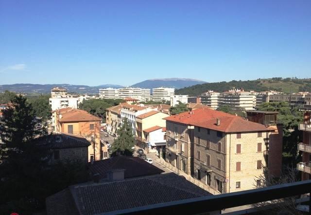 Negozio-locale in Affitto a Perugia Periferia Sud: 1 locali, 138 mq