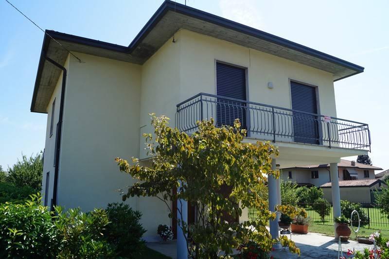 Villa in vendita a Angera, 4 locali, prezzo € 240.000 | CambioCasa.it