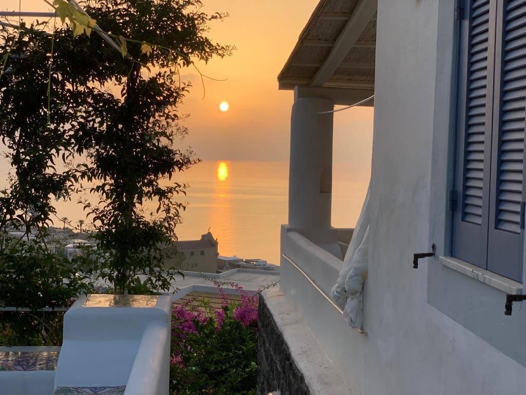 Salina- Splendida villa singola con ampi terrazzi panoramici, foto 1