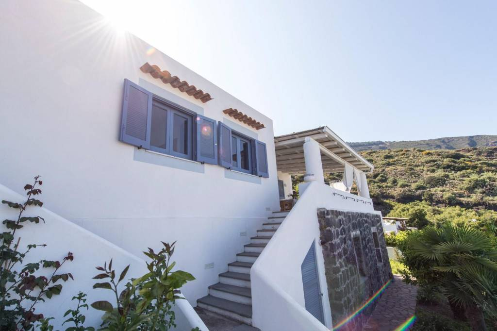 Salina- Splendida villa singola con ampi terrazzi panoramici, foto 10