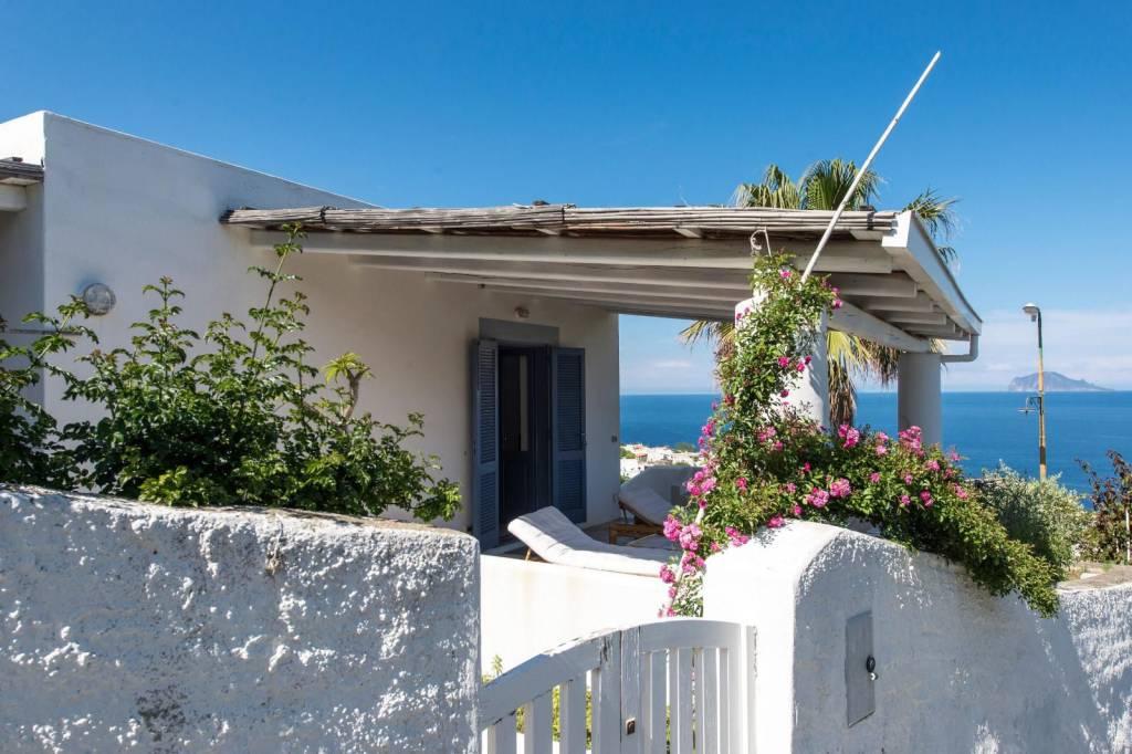 Salina- Splendida villa singola con ampi terrazzi panoramici, foto 11