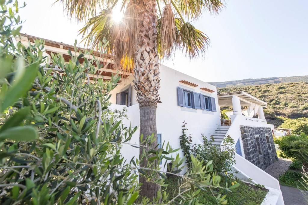 Salina- Splendida villa singola con ampi terrazzi panoramici, foto 18