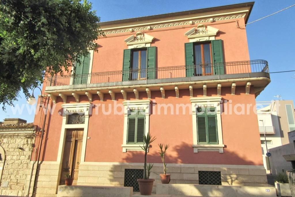 Palazzo in Vendita a Comiso Centro: 5 locali, 335 mq