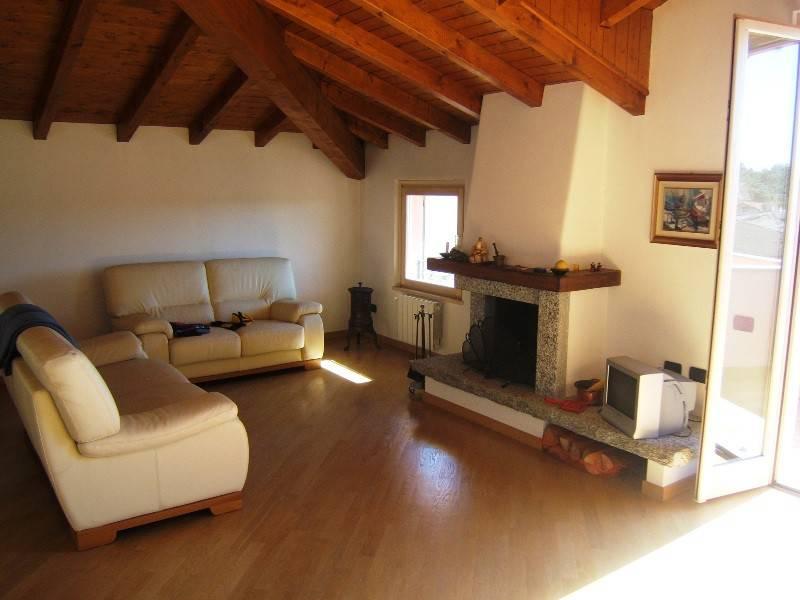 Appartamento in vendita a Angera, 2 locali, prezzo € 145.000 | CambioCasa.it