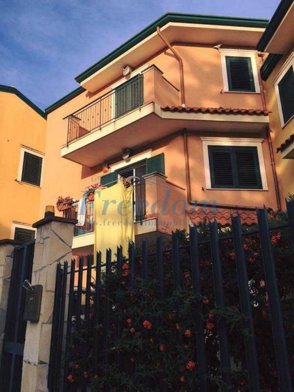 Villetta in Vendita a Motta Sant'Anastasia Centro: 5 locali, 200 mq