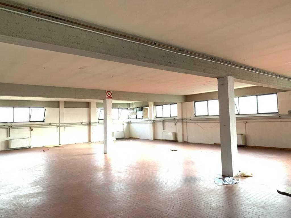 Negozio-locale in Affitto a Arezzo: 1 locali, 300 mq