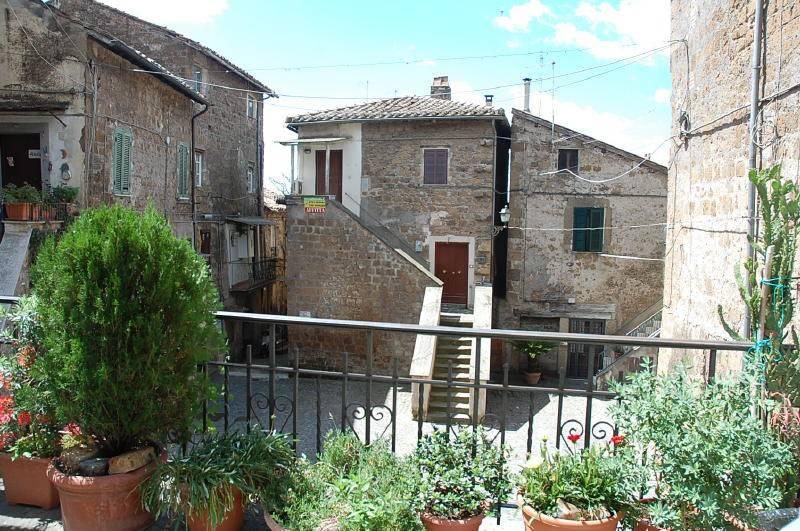 Appartamento in vendita a Capranica, 3 locali, prezzo € 40.000   CambioCasa.it