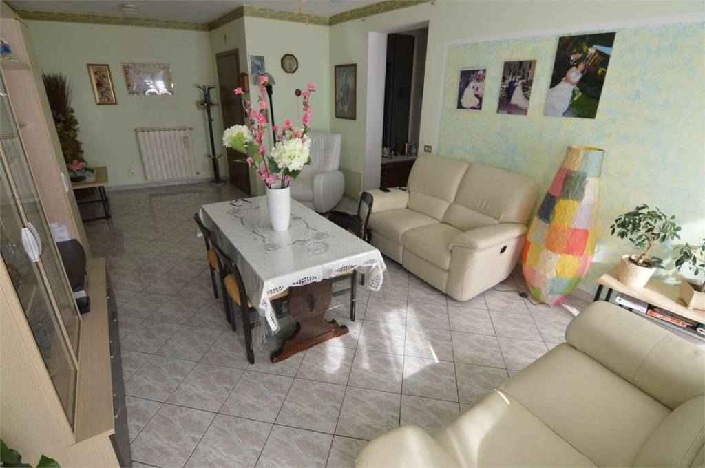 Appartamento in buone condizioni in vendita Rif. 8154907