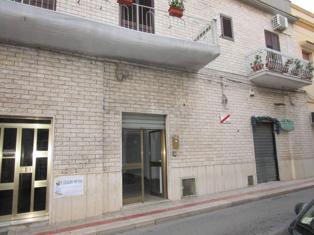 Negozio / Locale in affitto a Statte, 2 locali, prezzo € 300   CambioCasa.it