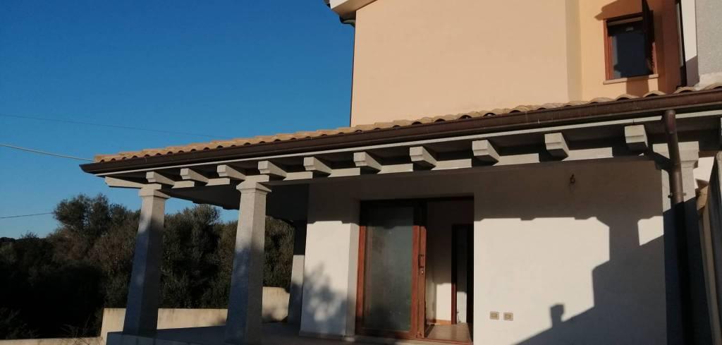 Villa caposchiera su tre livelli con giardino