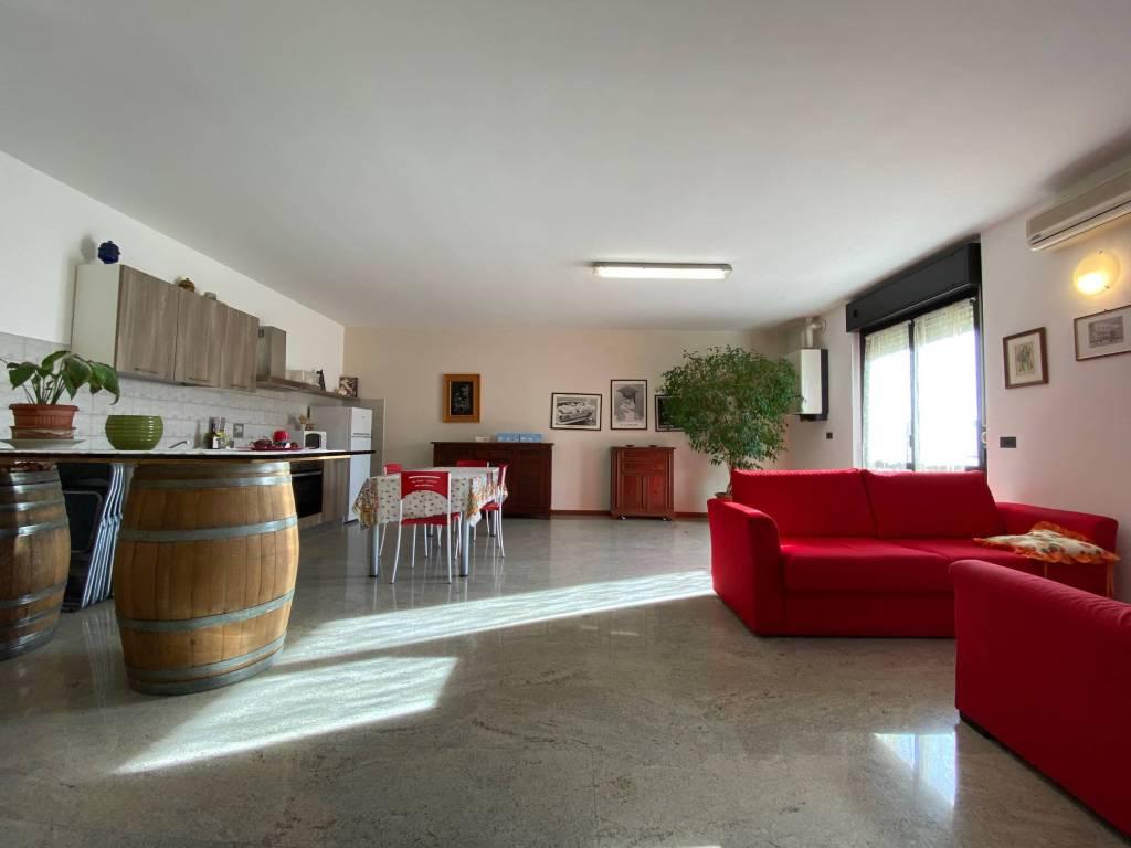 Appartamento in affitto a San Pietro in Cariano, 4 locali, prezzo € 1.500 | CambioCasa.it