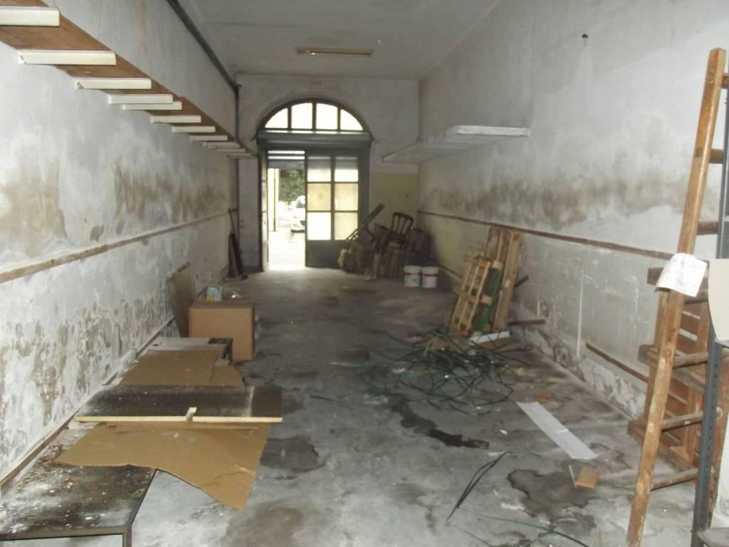 Magazzino in Vendita a Pontedera Centro: 2 locali, 220 mq