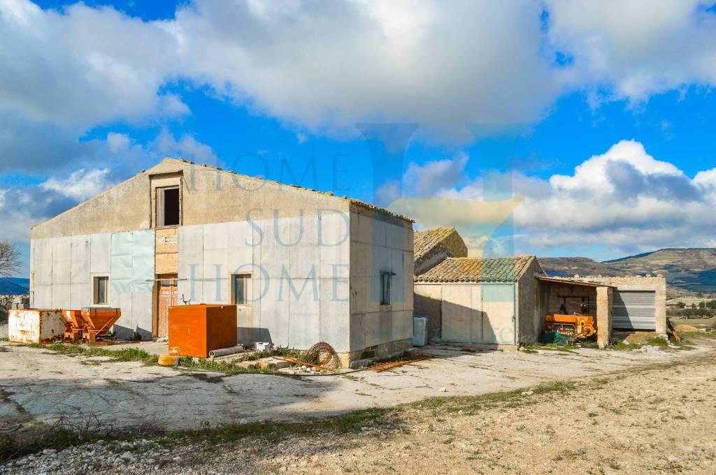 Rustico / Casale in vendita a Giarratana, 18 locali, prezzo € 130.000   CambioCasa.it
