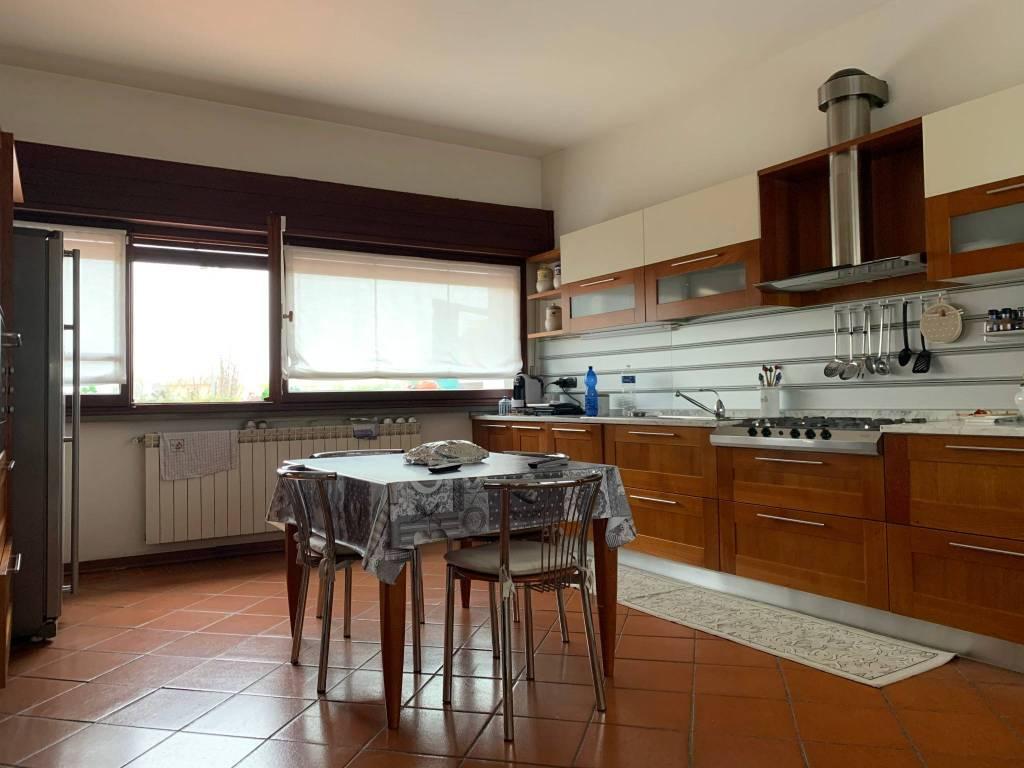 Villa in Affitto a Pistoia Semicentro: 5 locali, 250 mq