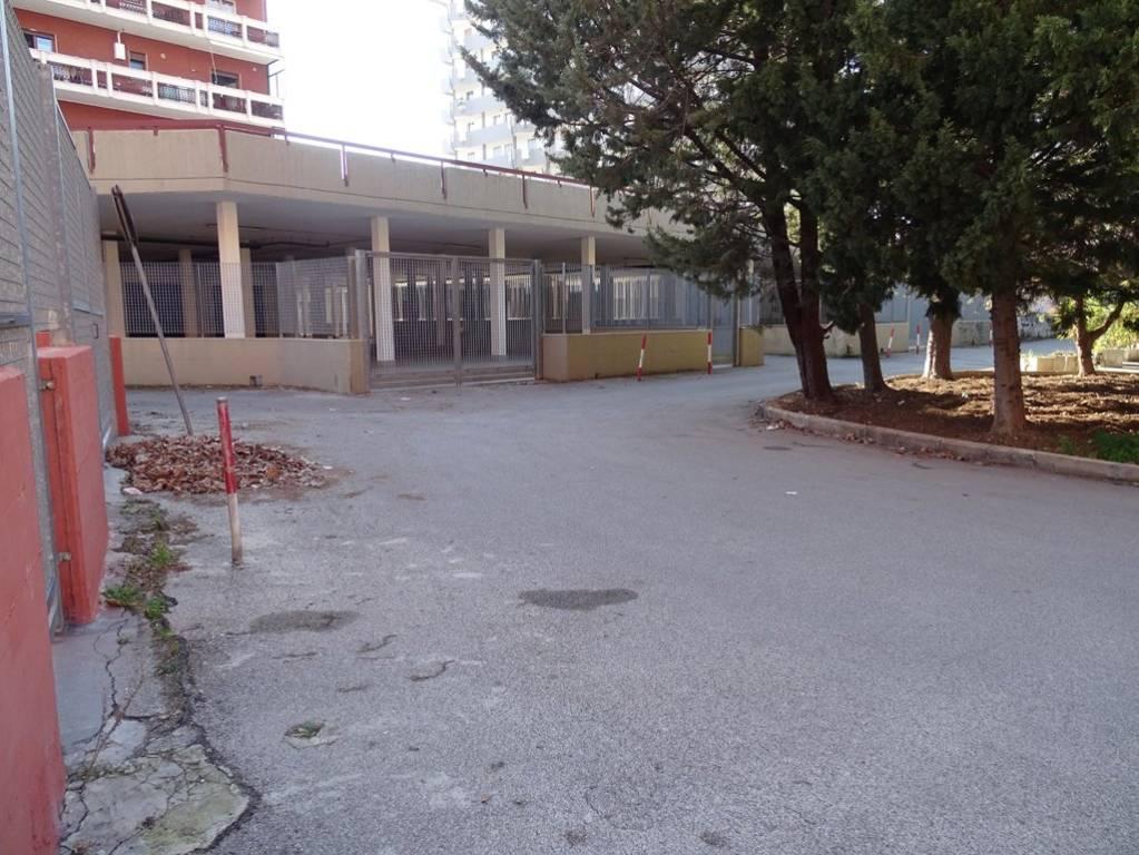 Negozio-locale in Vendita a Bari Periferia Nord: 1 locali, 135 mq