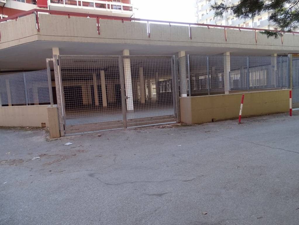 Negozio-locale in Vendita a Bari Periferia Nord: 1 locali, 344 mq