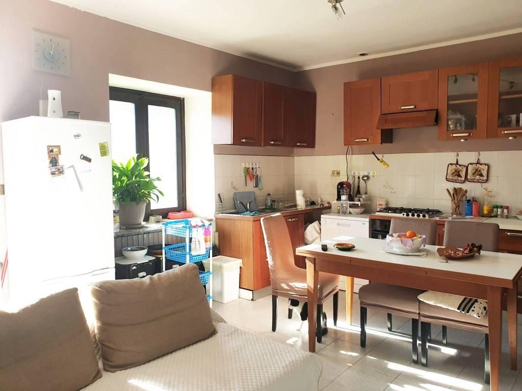 Appartamento in buone condizioni in affitto Rif. 8718399