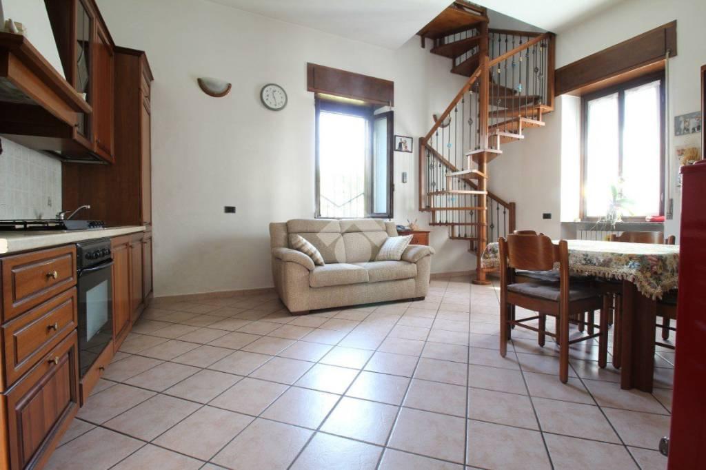 Appartamento in buone condizioni in vendita Rif. 9136067