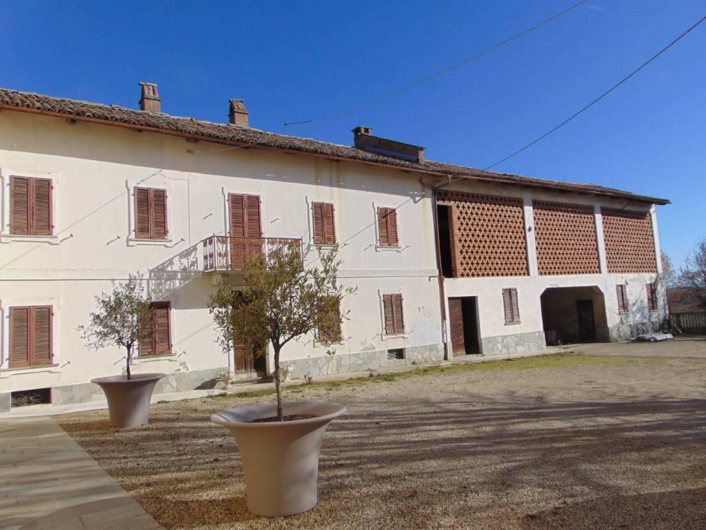Rustico / Casale in vendita a Calosso, 8 locali, prezzo € 160.000   CambioCasa.it