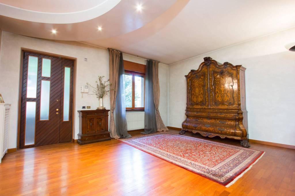 Villa in vendita a Castellanza, 8 locali, prezzo € 590.000 | CambioCasa.it