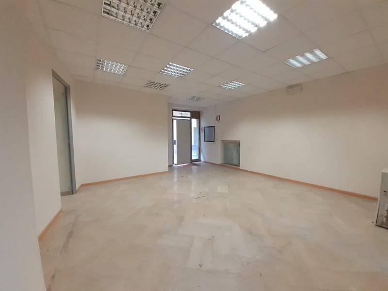 Negozio-locale in Affitto a Panicale: 4 locali, 90 mq