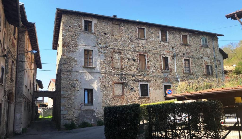 Palazzo / Stabile in vendita a Sangiano, 12 locali, prezzo € 300.000 | PortaleAgenzieImmobiliari.it