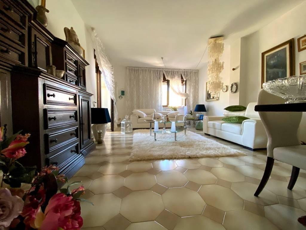 Appartamento in vendita a Lecce, 5 locali, prezzo € 160.000   CambioCasa.it