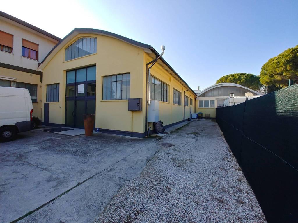 PESARO - TOMBACCIA - AMPIO LOCALE CON GIARDINO USO ARTIGIANO Rif. 5575629