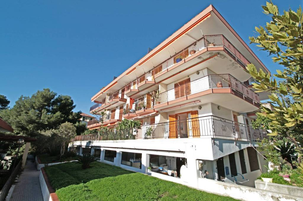 Appartamento in buone condizioni arredato in vendita Rif. 9226387