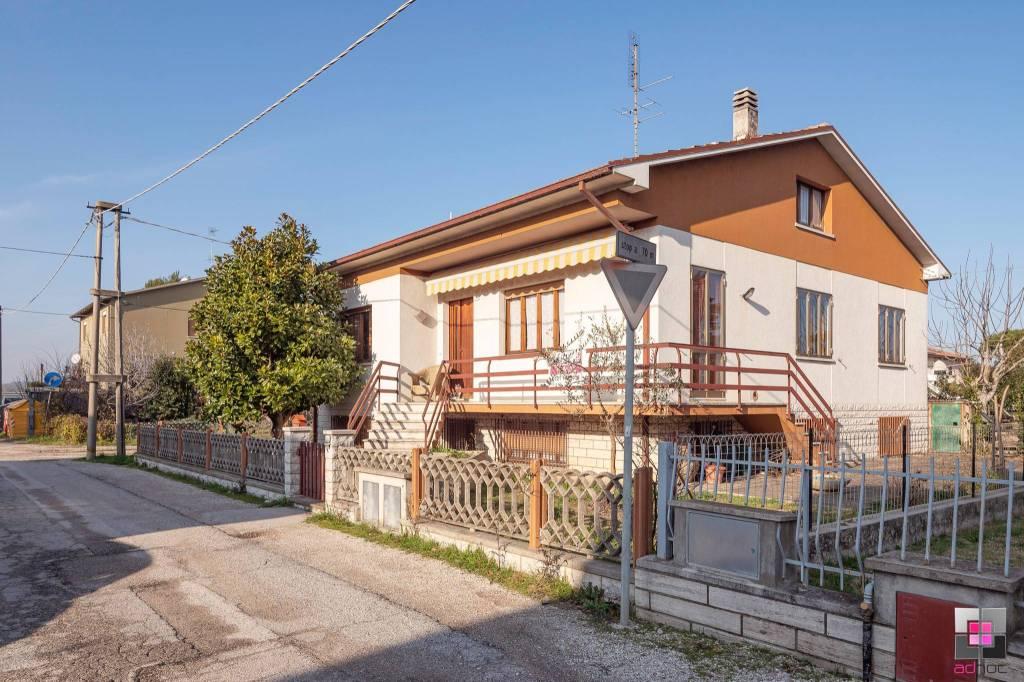 Villa in vendita a Fano, 5 locali, prezzo € 325.000 | CambioCasa.it
