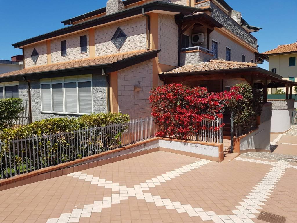Villa a Schiera in affitto a Giugliano in Campania, 6 locali, prezzo € 1.400 | CambioCasa.it