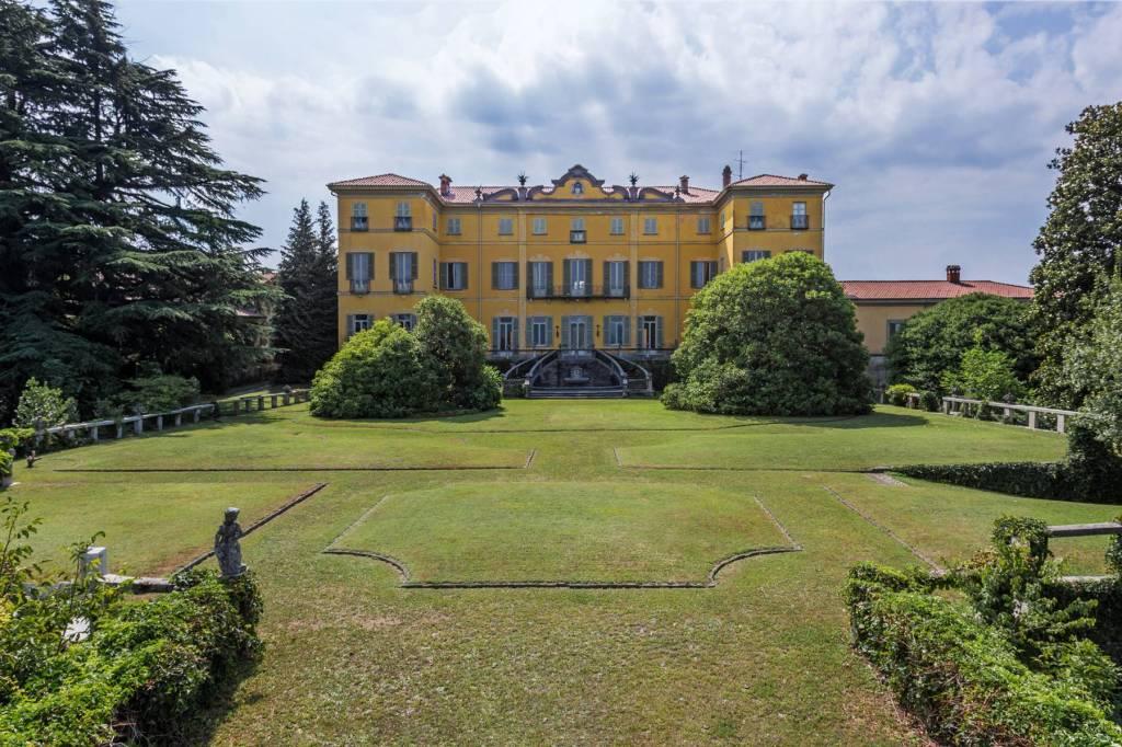 Villa in Vendita a Azzate Centro: 5 locali, 6700 mq
