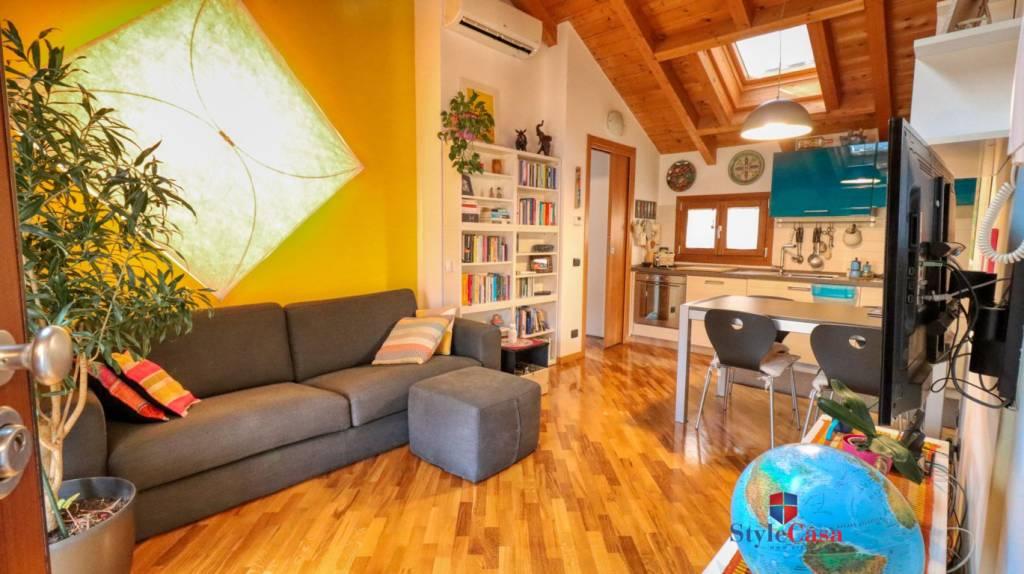 Appartamento in vendita a Caronno Pertusella, 2 locali, prezzo € 124.000   CambioCasa.it