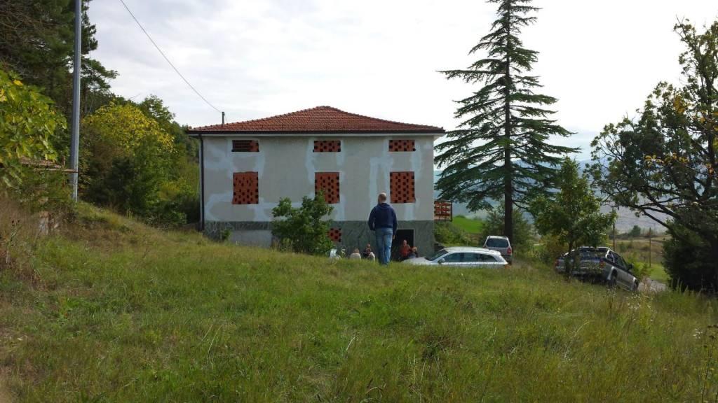Villa in vendita a Varano de' Melegari, 8 locali, prezzo € 220.000 | CambioCasa.it