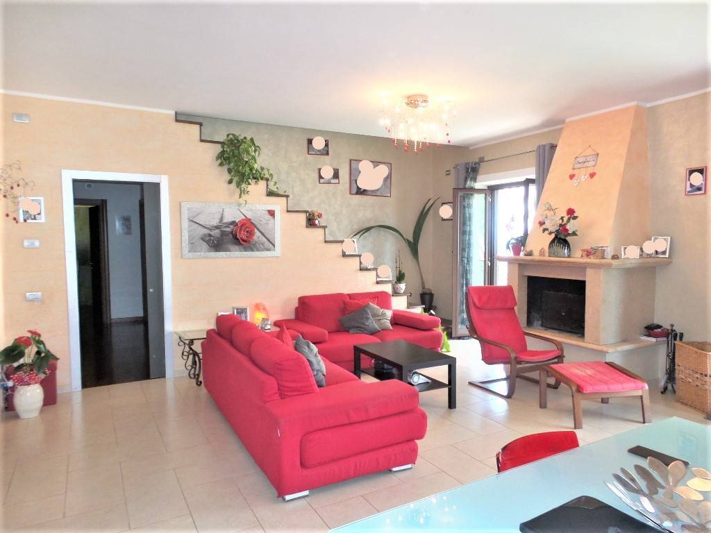 Appartamento in vendita a Caprarola, 7 locali, prezzo € 210.000 | CambioCasa.it