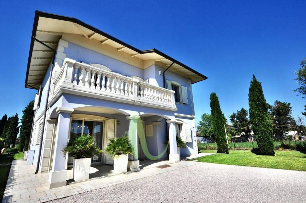 Villa in Vendita a Gatteo Centro: 5 locali, 210 mq