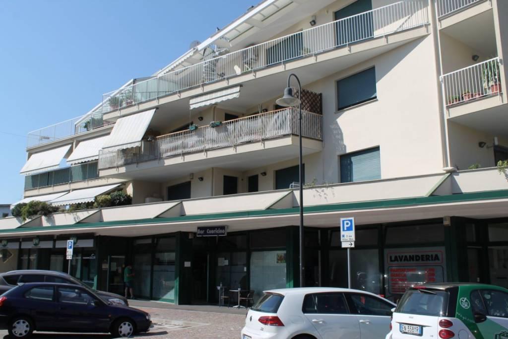 Negozio / Locale in vendita a Cardano al Campo, 2 locali, prezzo € 150.000   CambioCasa.it