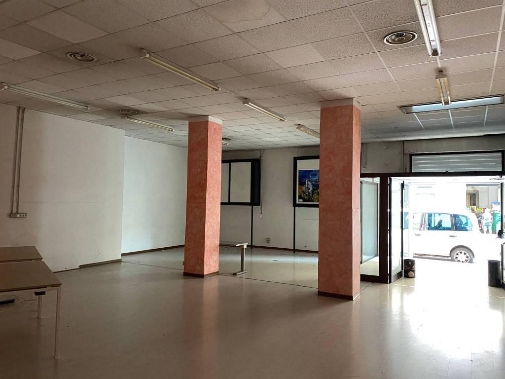 Negozio / Locale in affitto a Verona, 3 locali, zona Zona: 1 . ZTL - Piazza Cittadella - San Zeno - Stadio, prezzo € 2.500 | CambioCasa.it